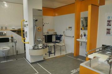 Bild wird vergrößert: In einem Ausstellungsraum sind verschiedene Möglichkeiten zur Anpassung an die behindertengerechte Nutzung von Wohnräumen zu sehen.