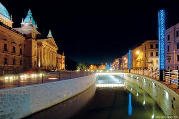 Bild wird vergrößert: Pleißemühlgraben vor dem Bundesverwaltungsgericht in der Nacht mit Beleuchtung