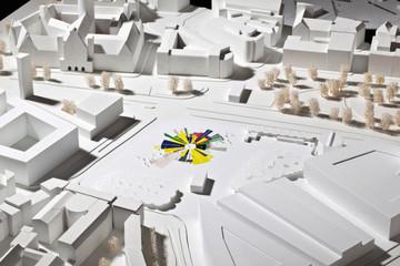 Bild wird vergrößert: Modellentwurf für Leipziger Freiheits- und Einheitsdenkmal. Künstlerisches Tortendiagramm auf einer Modell-Stadtfläche.