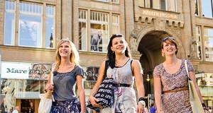 Drei Frauen beim Einkaufen in der Innenstadt Leipzigs vor der Mädlerpassage