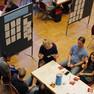 Blick von oben auf eine von Katharina Krefft moderierte Tischrunde.