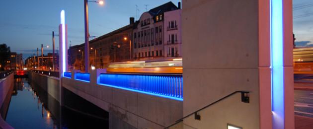Beleuchtete Angermühlbrücke in der blauen Stunde