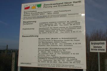 Bild wird vergrößert: Bauschild des Zweckverbandes Neue Harth zur Erschließung des Freizeitparks Belantis von 2002