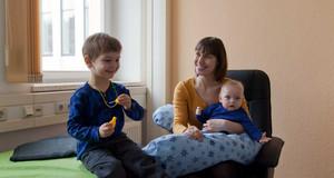 Mutter mit zwei Kindern in einem Stillzimmer der HTWK Leipzig