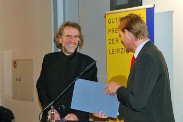 Bild wird vergrößert: Preisübergabe an Uwe Loesch