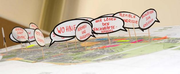 Plankarte mit Themen der Stadterneuerung auf Moderationskarten
