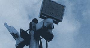 Bewegungsmelder mit Signalhorn und Beleuchtung auf einem Mast in einem Leipziger Kleingartenverein