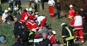 Katastrophenschutzübung von Feuerwehr, Polizei und Sanitätern. Geübt wird die Versorgung von Verletzen.