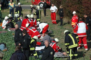 Bild wird vergrößert: Katastrophenschutzübung von Feuerwehr, Polizei und Sanitätern. Geübt wird die Versorgung von Verletzen.
