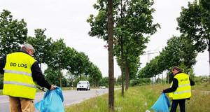 Mitarbeiter des Bürgerdienstes Leipziger-Ortschafts-Service bei der Müllberäumung an einer Straße