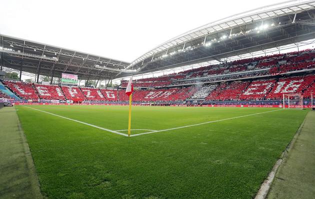 Zu sehen sind zwei mit Fans besetzte Stadionseiten vor dem Bundesligaspiel in der Red Bull Arena Leipzig