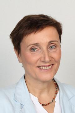Bild wird vergrößert: Porträtfoto von Beate Ehms, auf dem sie eine weiße Bluse und einen hellblauen Blazer trägt.