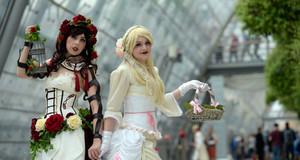 Zwei Frauen in aufwendigen Cosplay-Kostümen auf dem Leipziger Messegelände