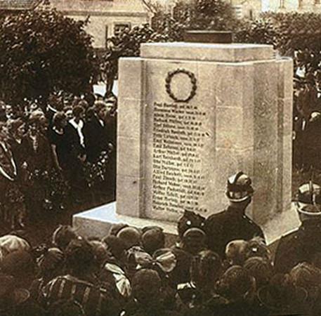 Historische Aufnahme des Gefallenendenkmal der Opfer 1. Weltkrieg in Knauthain aus dem Jahr 1926.