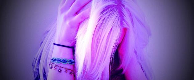 Ein Mädchen hält sich den Kopf