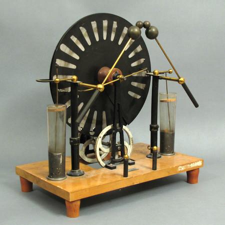 Modell einer Influenzmaschine zur Demonstration der elektrischen Ladung.