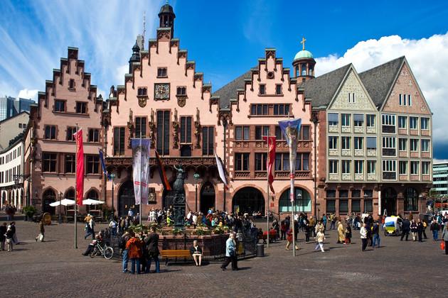 Historische Altstadt in Frankfurt mit dem Frankfurter Rathaus. Das Rathaus besticht durch seinen dreifachen Treppenförmigen Giebel. Vor dem Rathaus befindet sich ein Brunnen mit einer Statue der Justitia.
