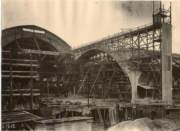 Die Abbildung zeigt den Leipziger Hauptbahnhof im Bau mit großen Gerüsten etwa um 1912.