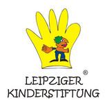 """gelbe, gezeichnete Hand mit einem bunten Männchen darin. Darunter der Schriftzug """"Leipziger Kinderstiftung"""""""