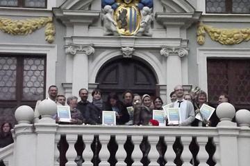 """Bild wird vergrößert: Gruppenbild der Teilnehmer der Abschlussveranstaltung Bürgerwettbewerb """"Ideen für den Stadtverkehr"""" vor der Alten Handelsbörse"""