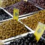 Verschiedene Oliven auf einem Marktstand