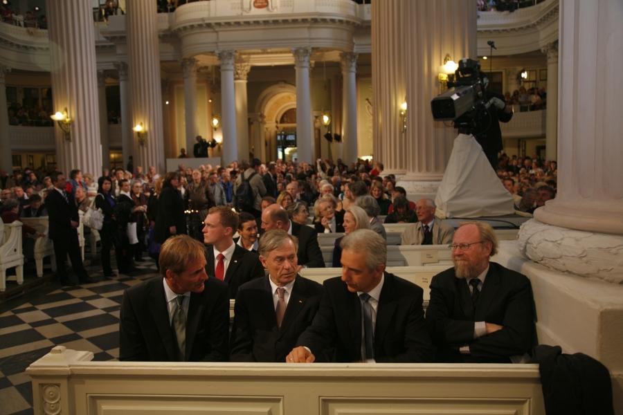 Volle Nikolaikirche kurz vor dem Friedensgebet 2009