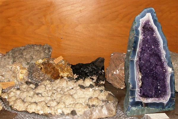 verschiedene Gesteine einer geologischen Schautafel