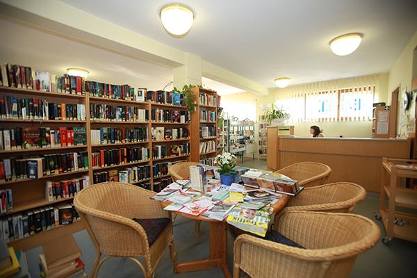 Bibliothek Wiederitzsch - Bereich Belletristik mit Servicetheke im Hintergrund