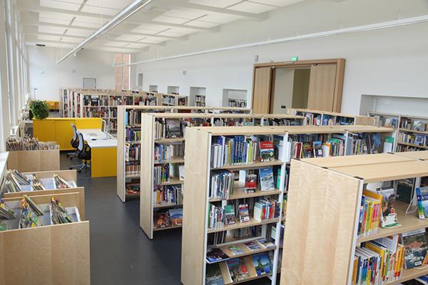 Bücherregale im Bereich Fachliteratur 1. Obergeschoss der Stadtbibliothek