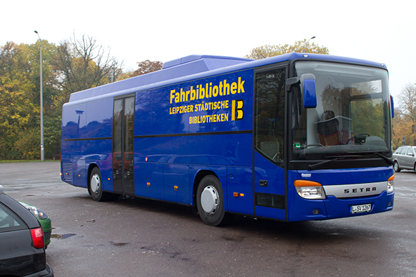 Blauer Bus der Fahrbibliothek