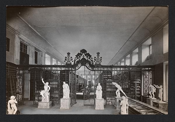 Saal der Stadtbibliothek um 1900. Schwarz/Weiß Foto