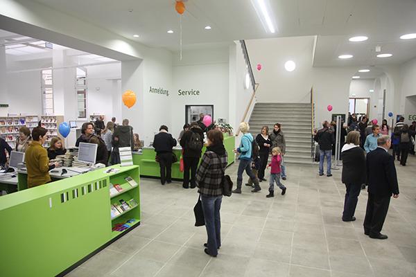 Anmeldung und Service im Erdgeschoss der Stadtbibliothek