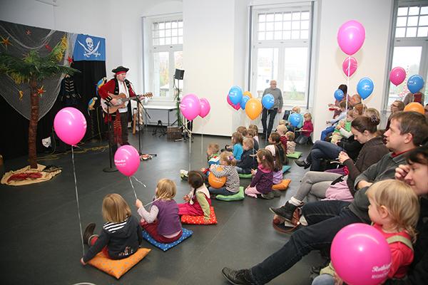 Mathias Lück begeistert die Kleinen mit Liedern von Papageien und Piraten