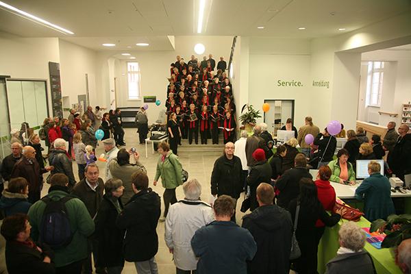 Der Chor der Volkshochschule singt im Foyer im Erdgeschoss