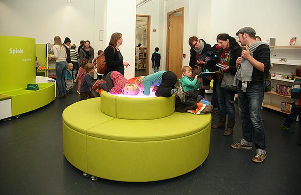 Die Kinder stürmen das Lichtspiel in der Kinderbibliothek