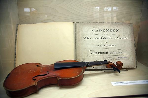 Vitrinen im Lesesaal mit Schätzen der Musikbibliothek
