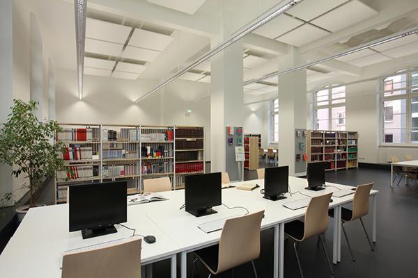 Studienbereich im Erdgeschoss der Stadtbibliothek mit Rechnerarbeitsplätzen und Bücherregalen im Hintergrund