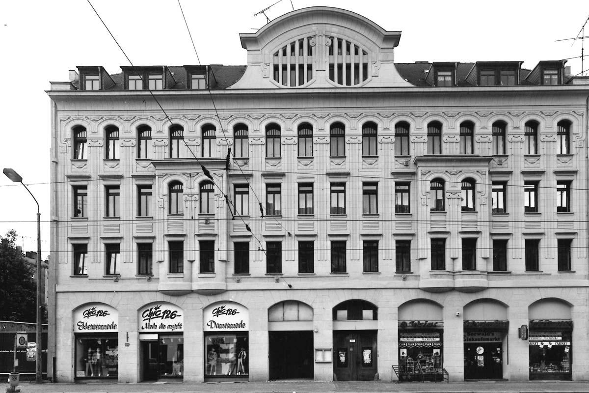 Schwarz-Weiß-Foto der Hausfront des vom bekannten Leipziger Architekten Paul Möbius erbauten Jugendstil-Hauses in in der Georg-Schumann-Straße aus dem Jahr 1994.