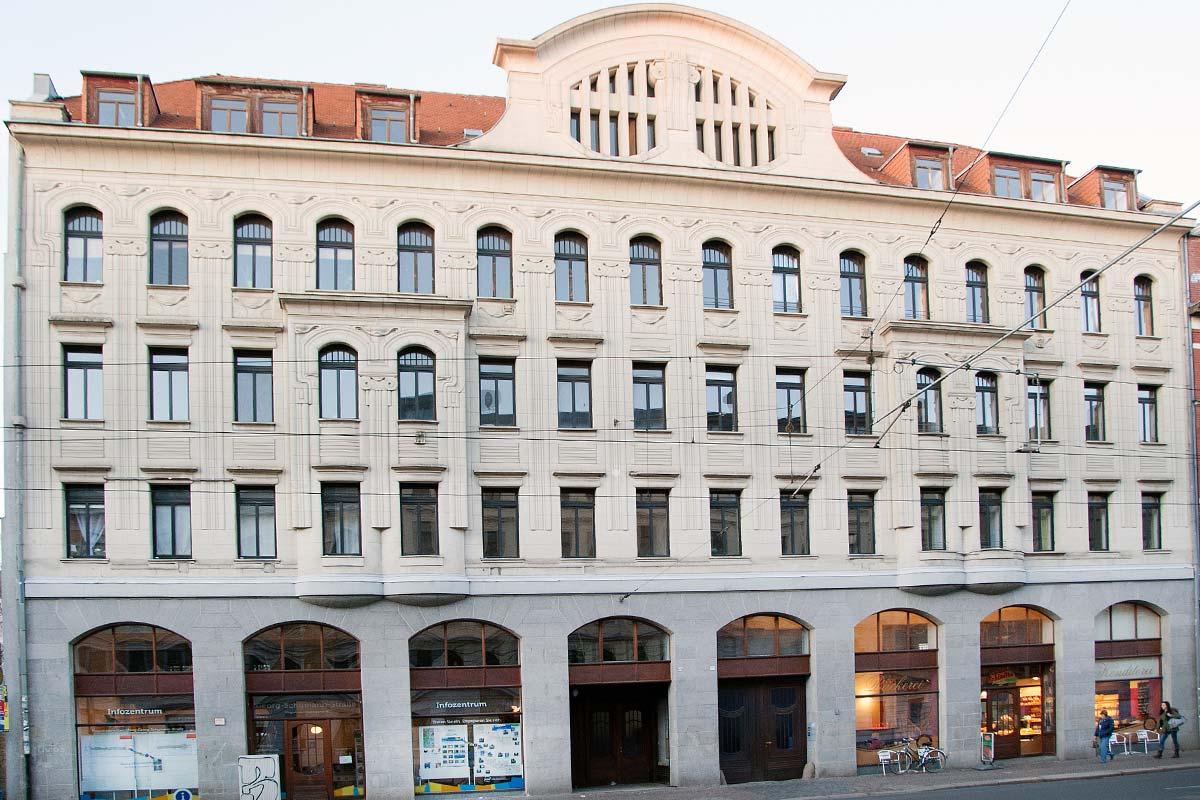 Zu sehen ist die Hausfront eines Hauses in der Georg-Schumann-Straße. Im Erdgeschoss des vom bekannten Leipziger Architekten Paul Möbius erbauten Jugendstil-Hauses befindet sich das Infocenter des Magistralenmanagements.
